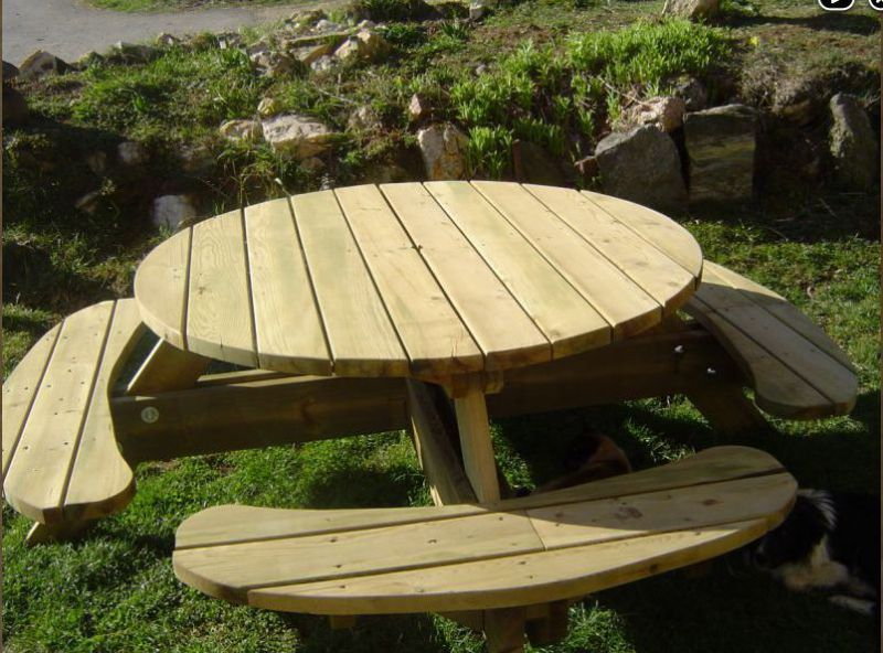 Table de jardin ronde avec bancs integres for Plan de construction table de jardin en bois